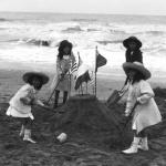 Agence Rol, Enfants construisant un château de sable sur une plage