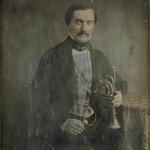 Portrait d'homme, à mi-jambes, assis, de trois-quarts à droite, tenant de la main gauche une trompette à piston, 1842-1855