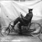 Cycle Confortas : homme assis sur un vélo avec volant, 1914