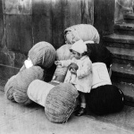 Bébé au milieu de pelotes de coton, 1932