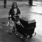 Scène enfantine, le lendemain de Noël, petite fille avec sa poupée, 1933