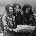 Les marcheuses de la faim lisant un journal, 1932