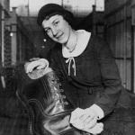 Une vendeuse avec la plus grande chaussure, 1932